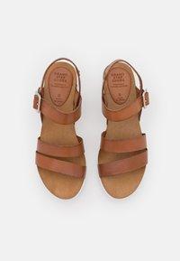 Grand Step Shoes - ERINA - Platform sandals - whisky - 5