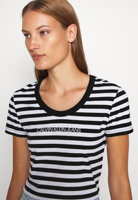 Calvin Klein Jeans - STRIPES BABY TEE - Print T-shirt - black/white - 6