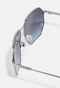 Guess - UNISEX - Sunglasses - shiny gunmetal/gradient smoke - 3