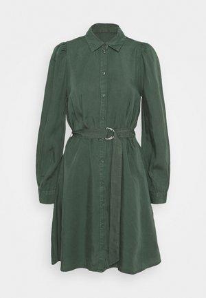 JOVIE DRESS - Vestido camisero - jungle green