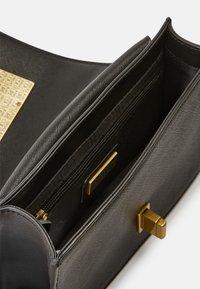 Versace Jeans Couture - SAFFIANO LOCK CROSSBODY - Torba na ramię - nero - 6