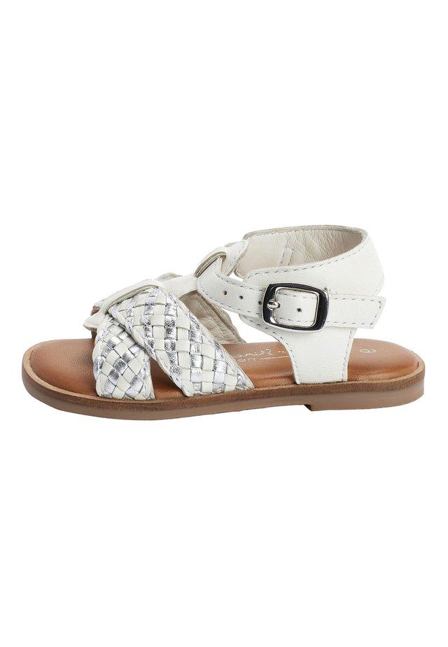 WHITE LEATHER T-BAR PLAIT SANDALS (YOUNGER) - Sandaler - white