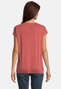 Betty & Co - MIT GUMMIZUG - Basic T-shirt - barn red - 0