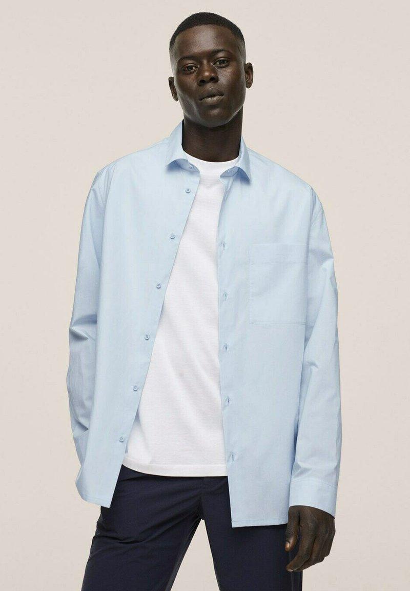 Mango - RELAXED FIT - Formal shirt - himmelblau