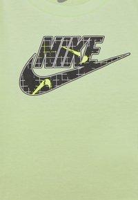 Nike Sportswear - GLOW IN THE DARK SET UNISEX - T-shirt z nadrukiem - black - 2