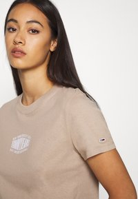 Tommy Jeans - LOGO TEE - T-shirt print - soft beige - 5