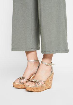 DELRITA - Sandály na klínu - oro