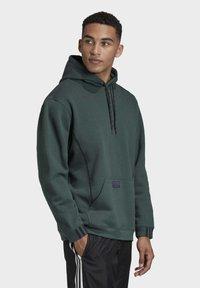 adidas Originals - R.Y.V. HOODIE - Jersey con capucha - green - 3