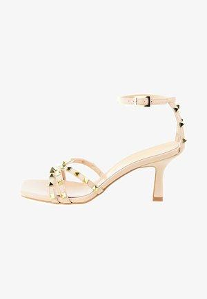 Sandály na vysokém podpatku - beżowy