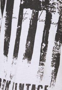 Key Largo - HERITAGE ROUND - Triko spotiskem - white - 2