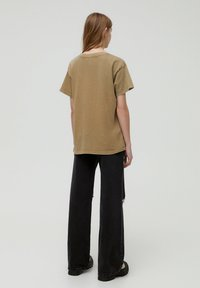PULL&BEAR - T-shirt con stampa - brown - 2