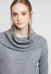 Vero Moda - VMBRILLIANT  COWLNECK  - Strikkegenser - medium grey melange - 4