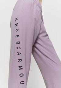 Under Armour - GRAPHIC PANTS - Pantalones deportivos - slate purple - 4