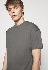 DRYKORN - THILO - Basic T-shirt - grey - 3