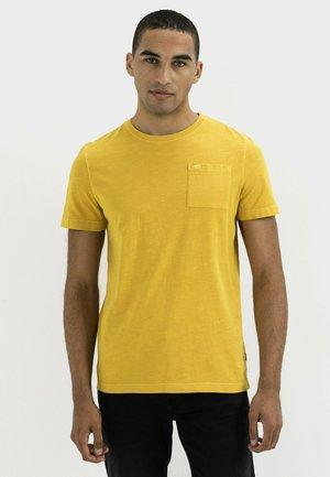 MIT BRUSTTASCHE AUS ORGANIC COTTON - Basic T-shirt - gold