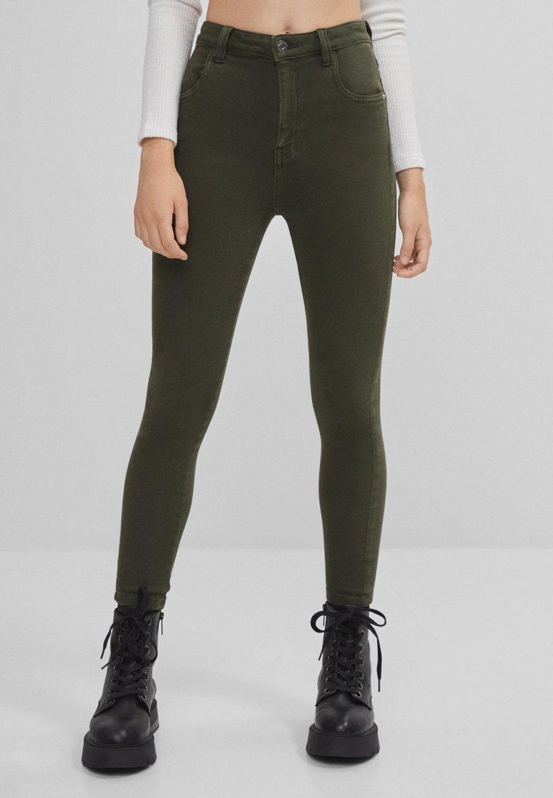 Bershka - Jeans Skinny Fit - khaki
