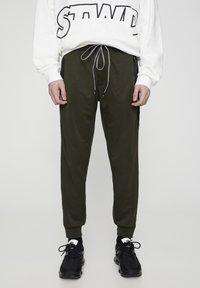 PULL&BEAR - Pantaloni sportivi - khaki - 0