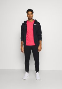 Nike Performance - TEE CREW SOLID - Basic T-shirt - light fusion red/black - 1