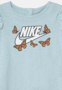 Nike Sportswear - LIL BUGS BUTTERFLY - Mono - glacier blue - 2