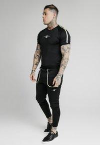 SIKSILK - LEGACY FADE TECH TEE - Camiseta estampada - black/white - 1