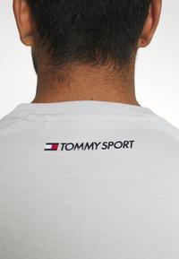 Tommy Hilfiger - CHEST LOGO - T-shirt - bas - grey - 5