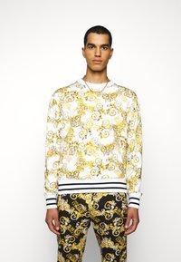 Versace Jeans Couture - PRINT NEW LOGO - Sweatshirt - bianco ottico - 0