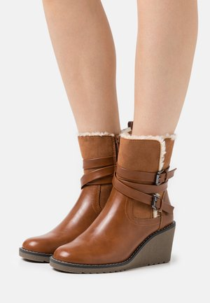 AMANDA - Wedge Ankle Boots - cognac