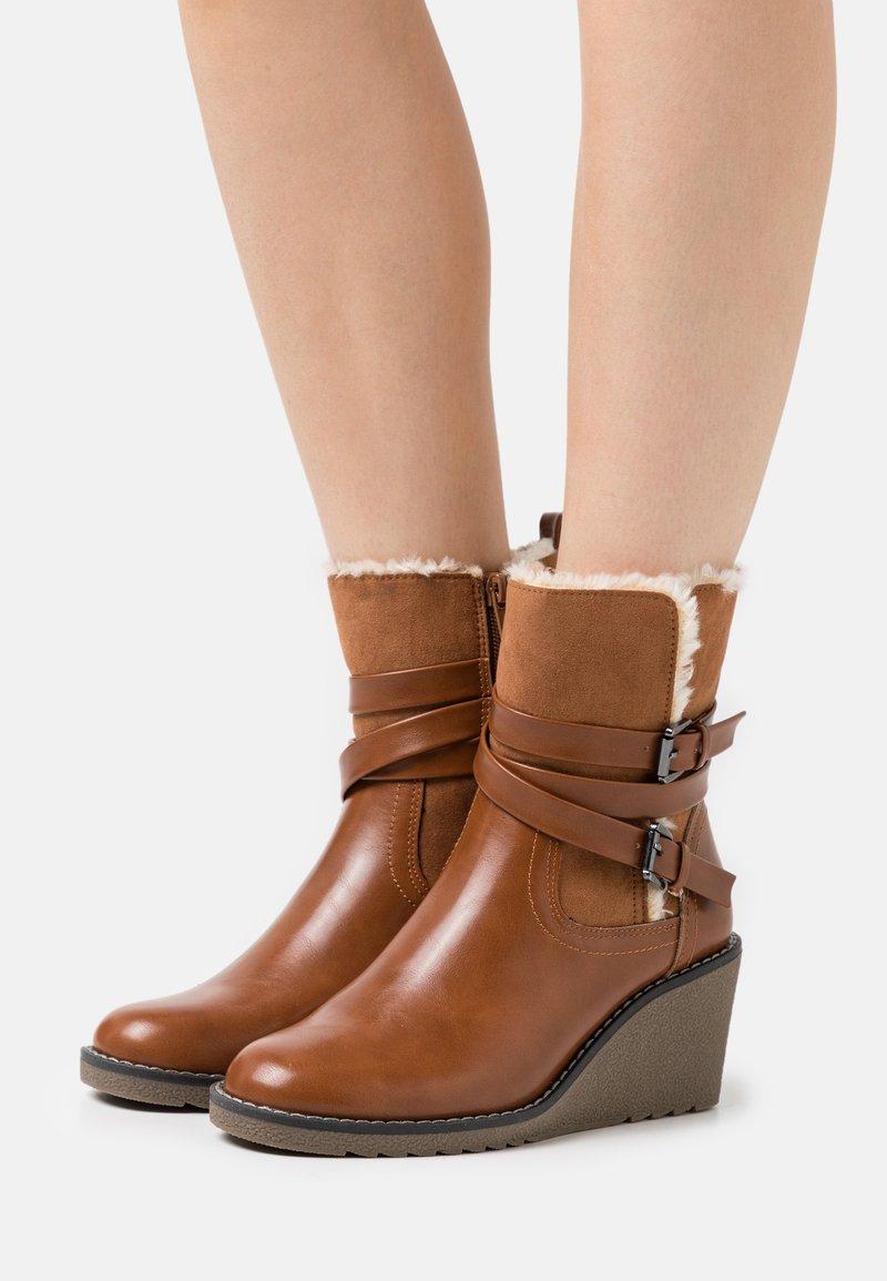 Wallis - AMANDA - Wedge Ankle Boots - cognac