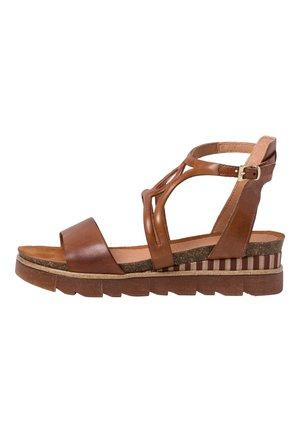 Sandály na platformě - cognac antic