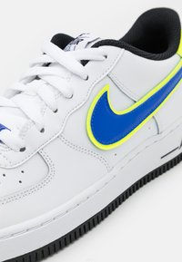 Nike Sportswear - AIR FORCE 1 '07 UNISEX - Sneakersy niskie - white/racer blue/volt/vivid purple/black - 5