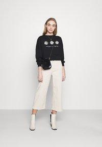Even&Odd - Printed Crew Neck Sweatshirt - Sudadera - black - 1