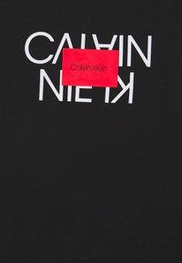 Calvin Klein - TEXT REVERSED LOGO  - T-shirt med print - black - 6