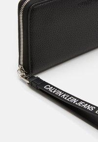 Calvin Klein Jeans - ZIP AROUND WRISTLET - Wallet - black - 3