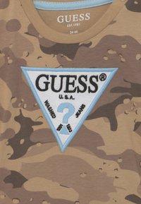 Guess - Print T-shirt - beige - 2
