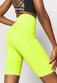Sweaty Betty - SPIN SEAMLESS LONGLINE WORKOUT SHORT - Medias - lime punch green - 4