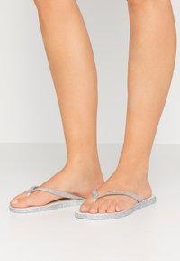 Havaianas - SLIM FIT SPARKLE - Sandály s odděleným palcem - white - 3