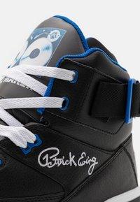 Ewing - 33 X TONY TOUCH - Baskets montantes - black/princess blue/white - 5