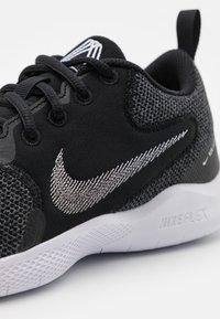 Nike Performance - FLEX EXPERIENCE - Chaussures de running neutres - black/white/dark smoke grey/iron grey - 5