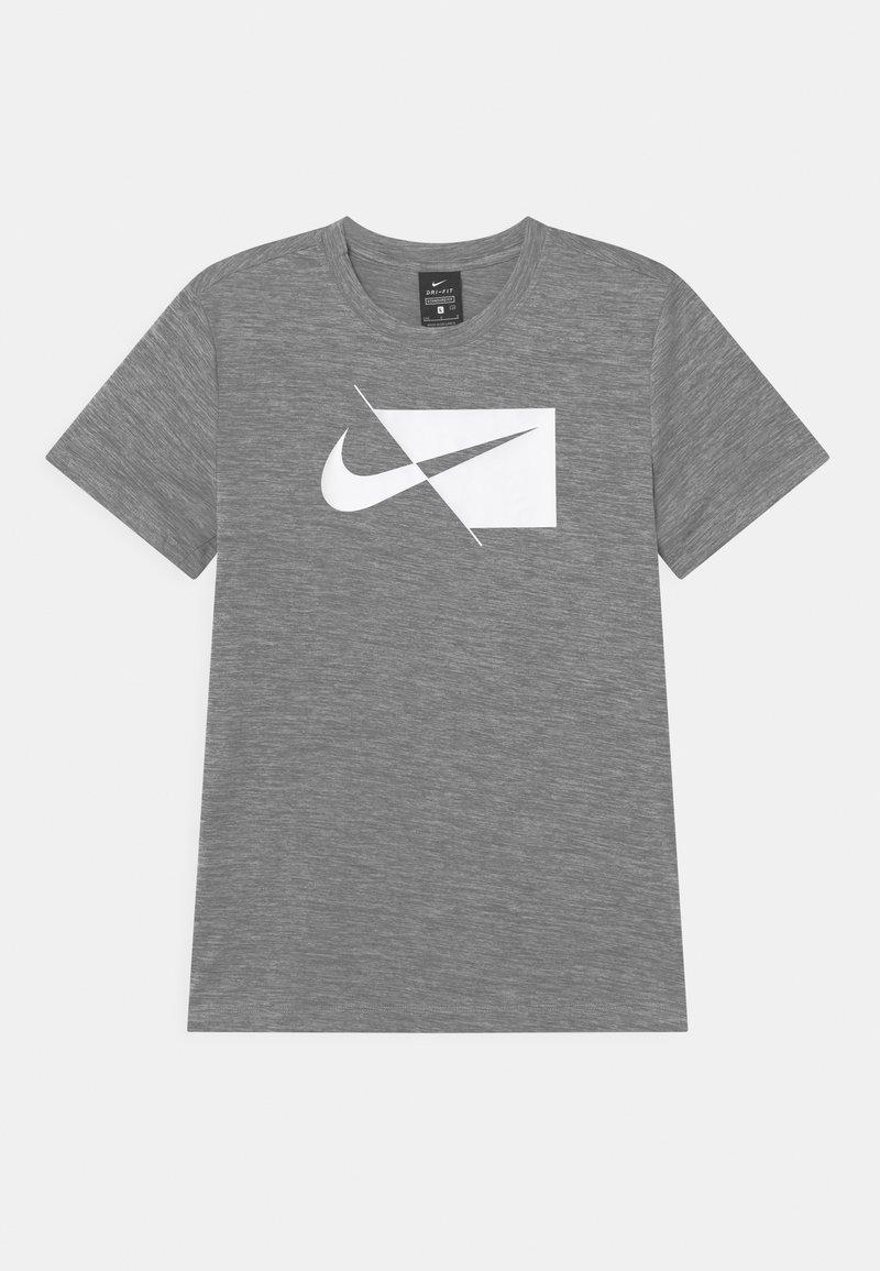 Nike Performance - PLUS - Triko spotiskem - smoke grey/white