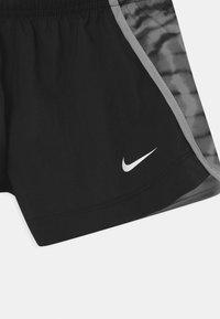 Nike Performance - DRY SPRINTER - Pantalón corto de deporte - black/light smoke grey - 2