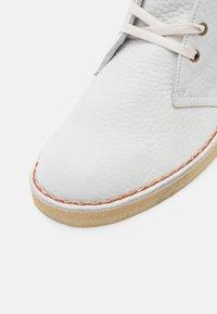 Clarks Originals - DESERT BOOT - Stringate sportive - white - 5
