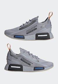 adidas Originals - NMD_R1 SPECTOO UNISEX - Sneakersy niskie - halo silver/core black - 7