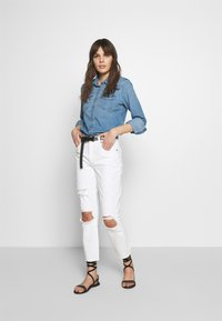 Abercrombie & Fitch - KNEE SLITS MOM - Slim fit jeans - white destroy - 1