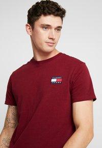 Tommy Jeans - BADGE TEE - Basic T-shirt - burgundy - 4