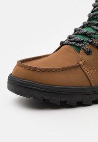 DC Shoes - WOODLAND - Šněrovací kotníkové boty - dark brown - 5