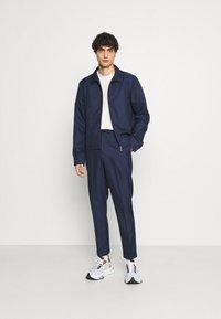 Isaac Dewhirst - HARRINGTON JACKET DRAWCORD TROUSERS SET - Summer jacket - dark blue - 0