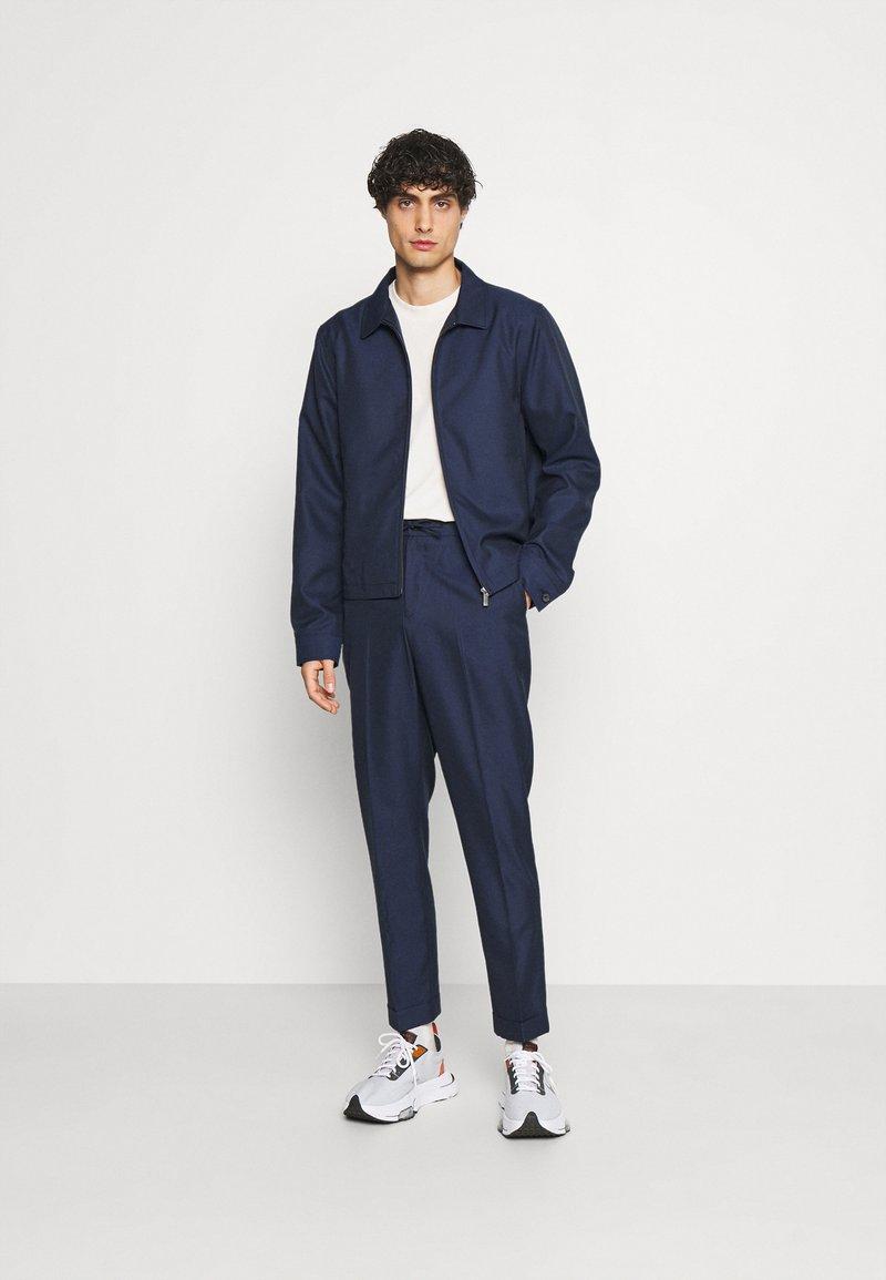 Isaac Dewhirst - HARRINGTON JACKET DRAWCORD TROUSERS SET - Summer jacket - dark blue