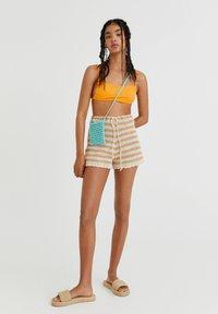 PULL&BEAR - MIT STREIFEN UND PATENTMUSTER - Shorts - mottled beige - 1