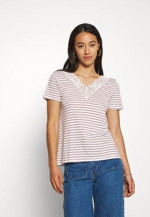 VMHELA  - Print T-shirt - snow white/sable