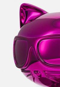 KARL LAGERFELD - IKONIK 3D CHOUPETTE STATUE - Jiné doplňky - metallic fuchsia - 4